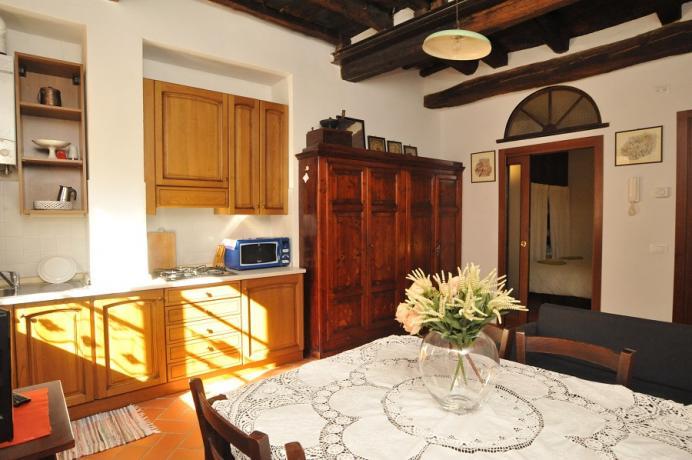 Sala pranzo: tavolo 6 posti-cucina microonde