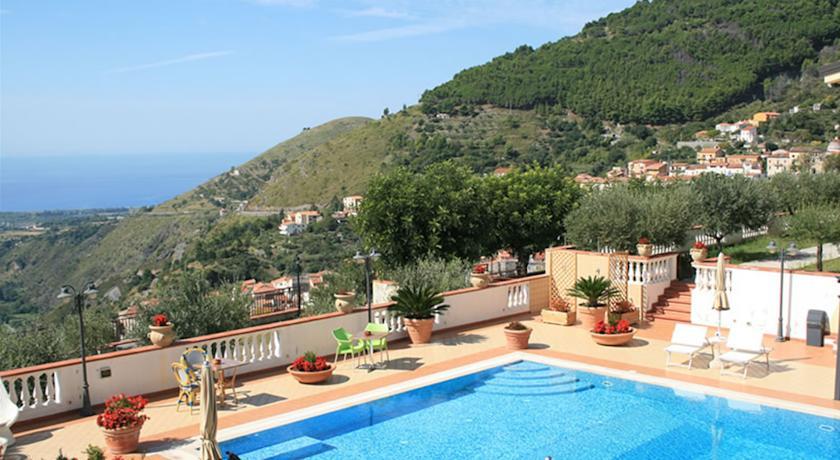 Pisciana solarium e panorama in Hotel vicino aTortora