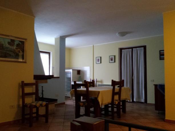 Soggiorno-Cucina con Camino a Bettona in Agriturismo