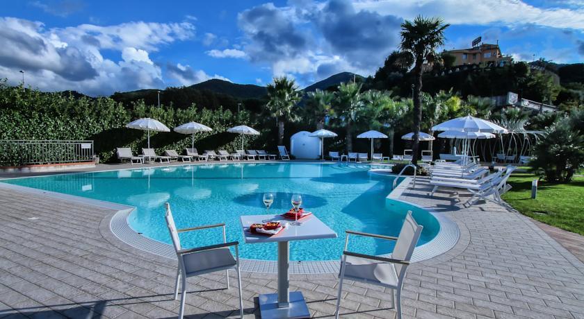 Piscina dell'Hotel vicino Salerno con ombrelloni e lettini