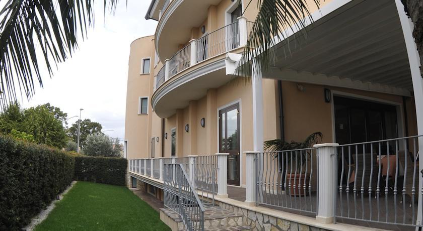 Hotel 4 stelle con ampio giardino