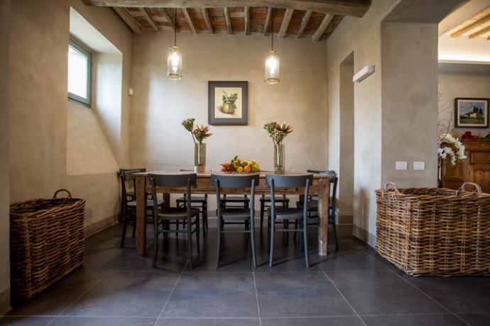 sala da pranzo arredato con tavolo e sedie
