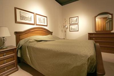 camera da letto in stile classico, noce