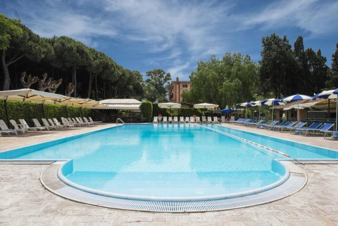 Villaggioturistico-ad-ardea-vicinoalla-spiaggia-con-piscina-esterna-e-campidacalcetto