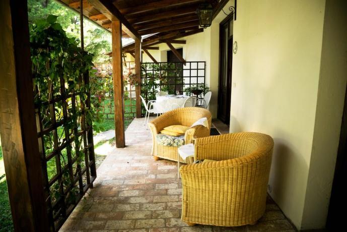 Giardino esterno Attrezzato ad Assisi con piscina