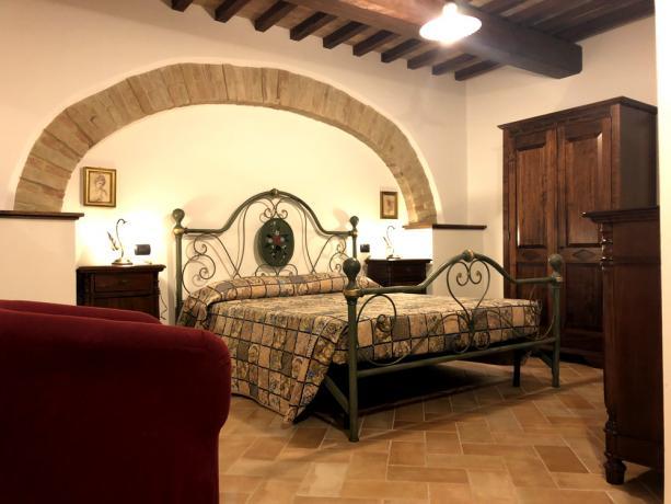 Interni appartamento con pietre a vista Camera-Romantica