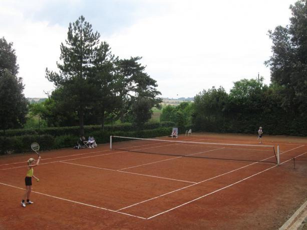 Campo da tennis interno alla tenuta