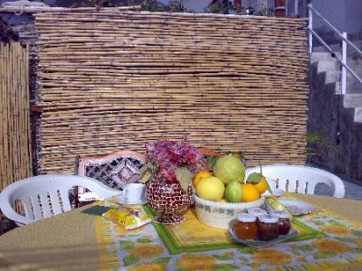Colazione a buffet all'aperto d'estate