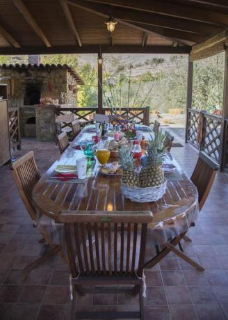 Patio esterno con tavolo in villa a Castellabate