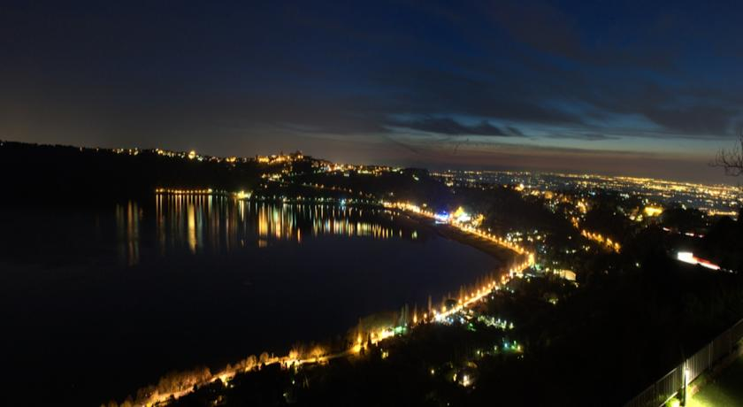 Vista panoramica notturna sul Lago