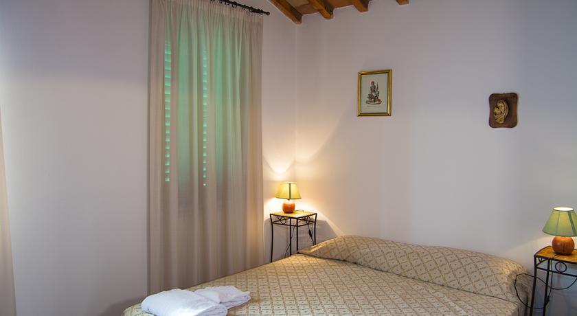 Camera da letto con travi in legno