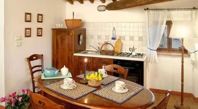 Ampio soggiorno con tavolo e cucina attrezzata