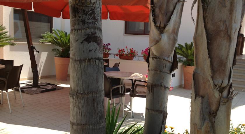 Giardino attrezzato per colazioni all'aperto