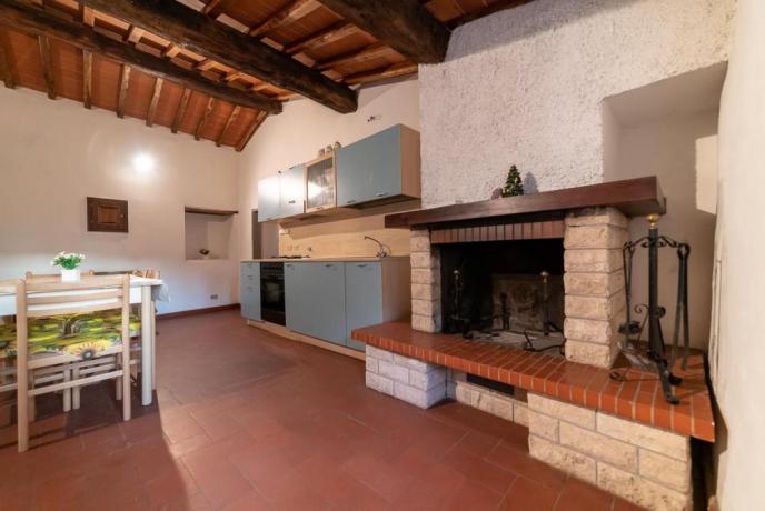 Azienda-Agrituristica vicino Firenze: Sala Cucina e Caminetto