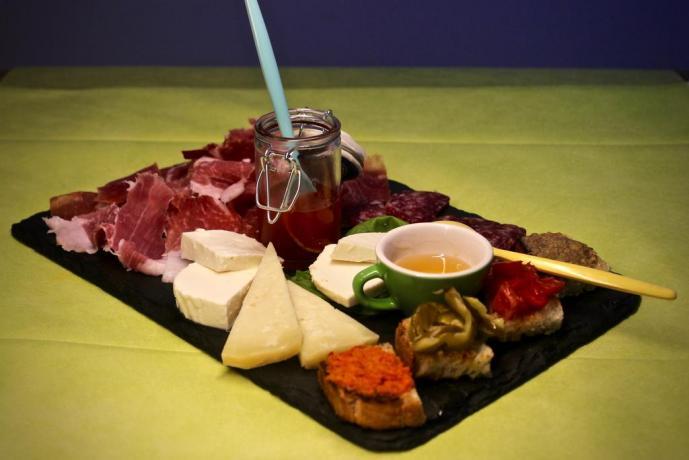 Tagliere di antipasti in ristorante interno hotel Avezzano