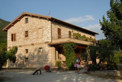 Casale rustico con camere e ristorante Umbria
