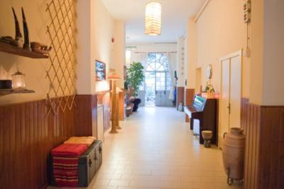 Il corridoio con mobili d'epoca