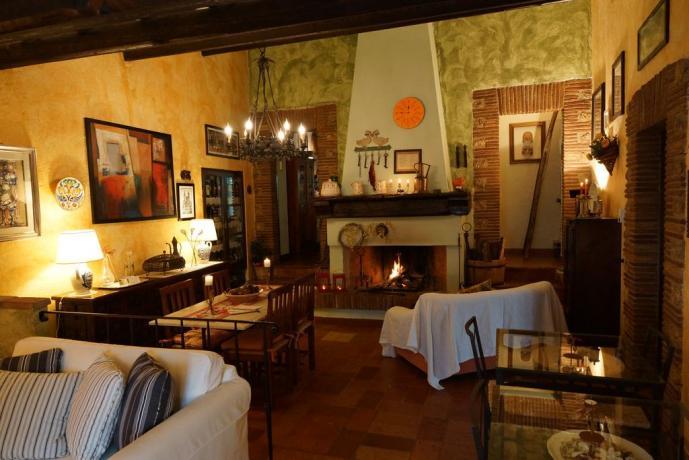 Sala comune con camino B&B vicino Todi