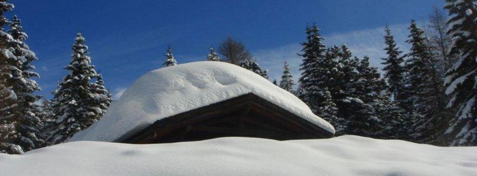 Hotel innevato sulle Dolomiti
