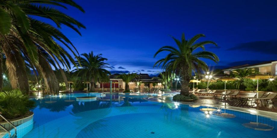 Vista Piscina in notturna Resort a Orosei