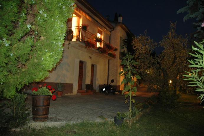 Esterno agriturismo con giardino a Ferentillo