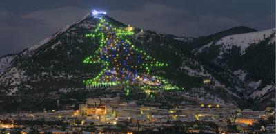 Vista dell'albero di Natale di Gubbio