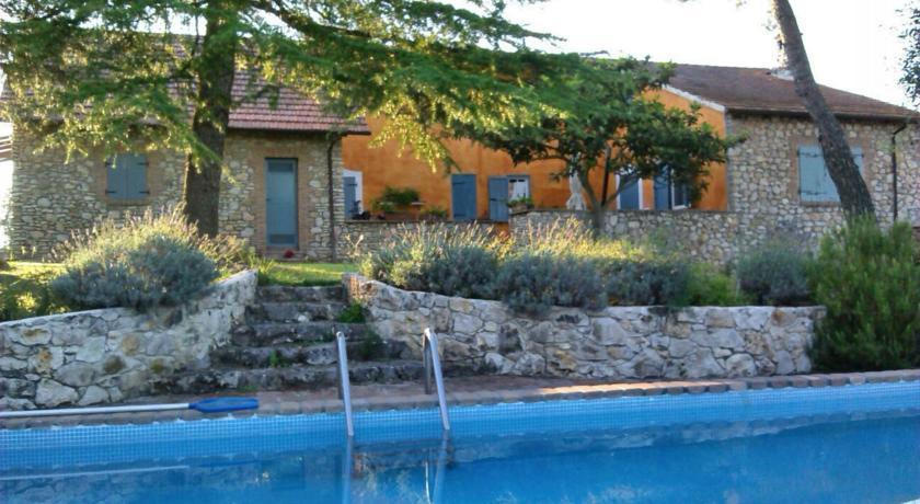 Casale con piscina e giardino