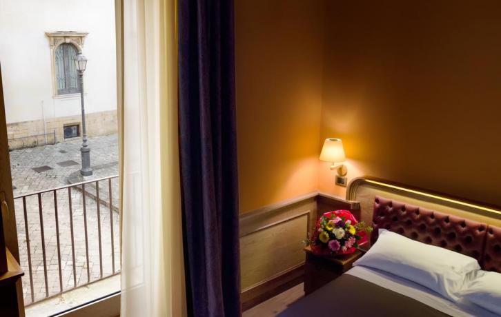 Camera matrimoniale con finestra albergo in Puglia