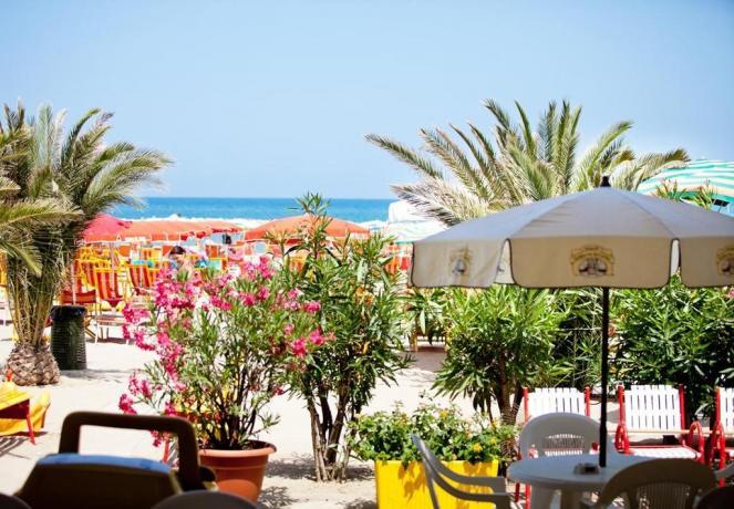 Hotel con spiaggia privata nel lungomare marchigiano