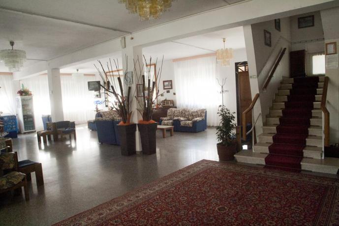 Hotel in Emilia con enorme e arredata Hall