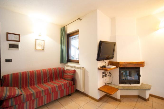 Appartamento-vacanza 4-5 persone soggiorno camino e divano Bardonecchia