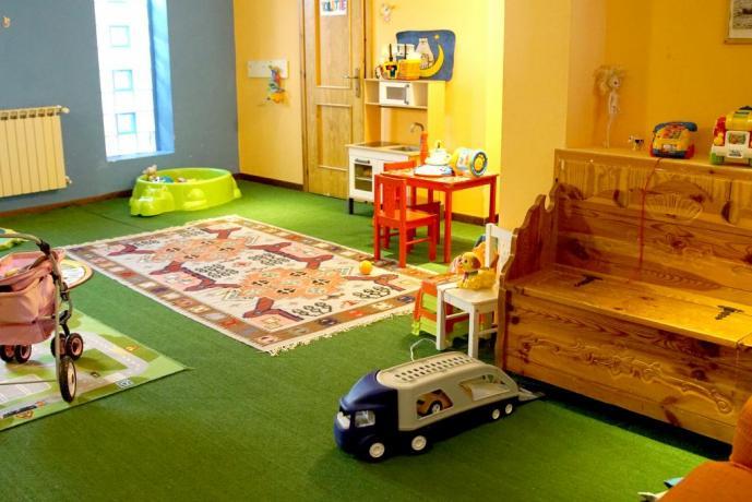 Sala giochi per bambini con baby sitter