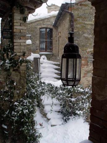 agriturismo con appartementi coperto dalla neve