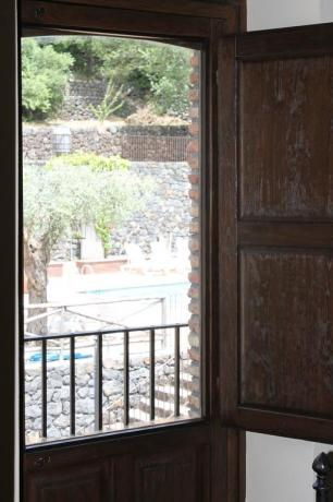 Camera con vista piscina agriturismo ad Adrano