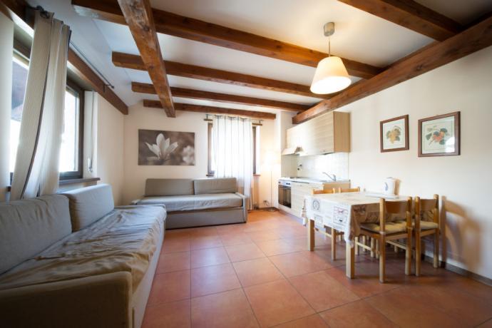 Bilocale-classico appartamento vacanze Bardonecchia cucina e tavolo pranzo
