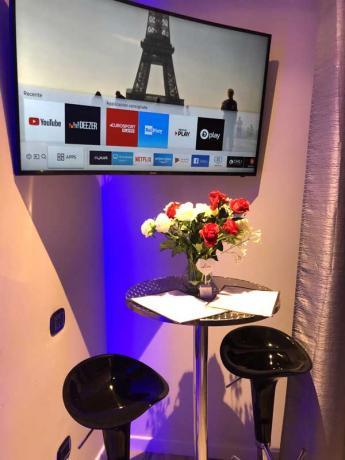 Smart Tv collegato a internet in camera-romantica