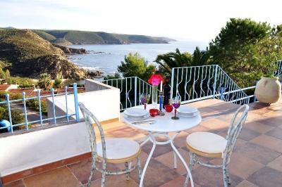 Terrazzo con tavolo e sedie