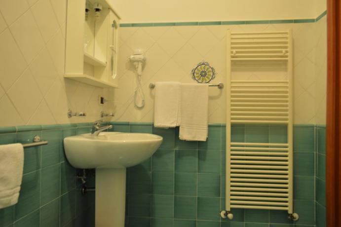Bagno attrezzato con biancheria pulita e phon