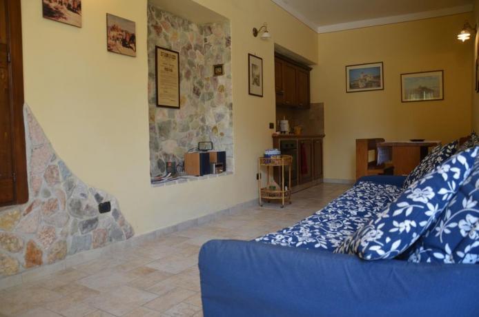 camera con divano letto ed angolo cottura