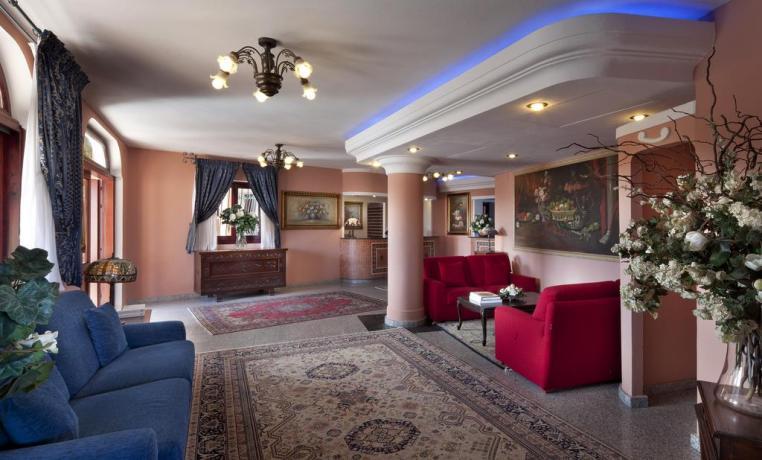 Sala comune con reception Albergo a Orosei