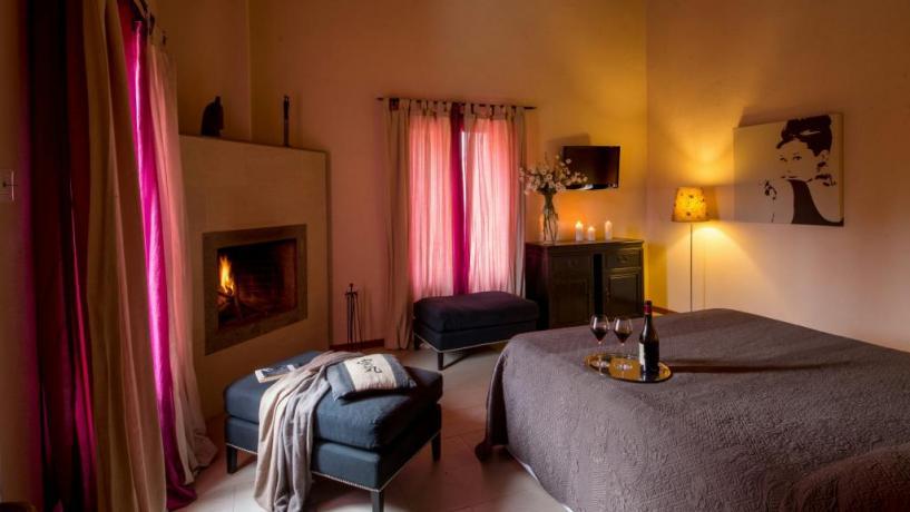 soggiorno romantico con camino Resort i Cavalli Bracciano