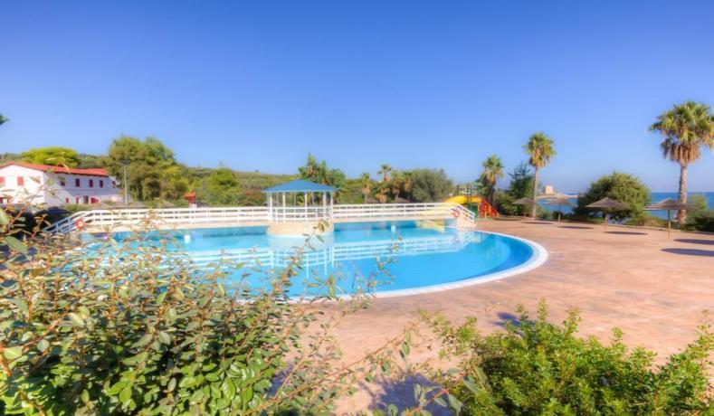 Villaggio economico con piscina e giochi bambini