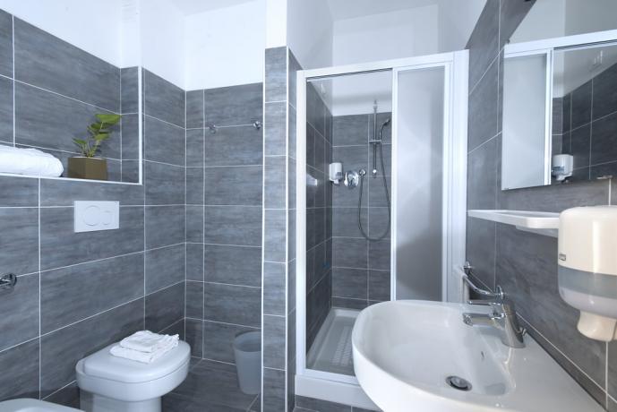 Bagno privato in camera albergo a Pesaro