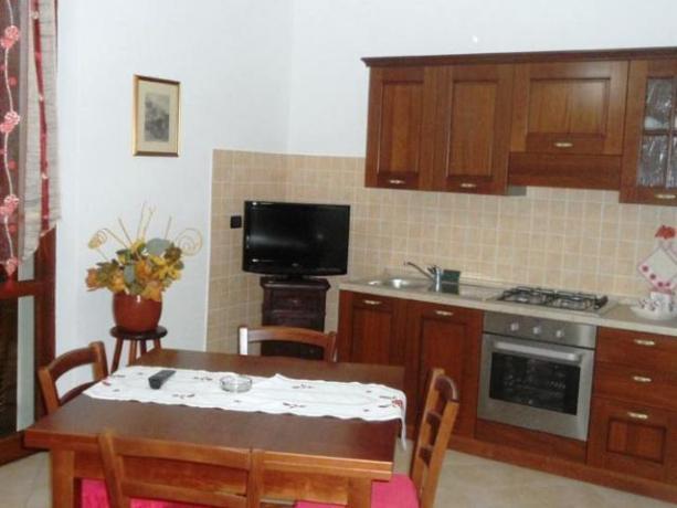 Cucina con TV Appartamento Giada agriturismo a Protte