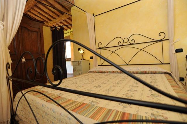 letto matrimoniale in ferro battuto appartamento Magnolia
