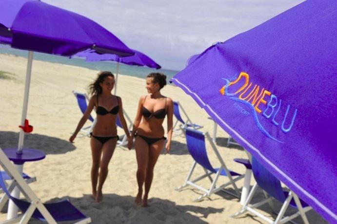 Spiaggia privata attrezzata con ombrelloni e sdraio