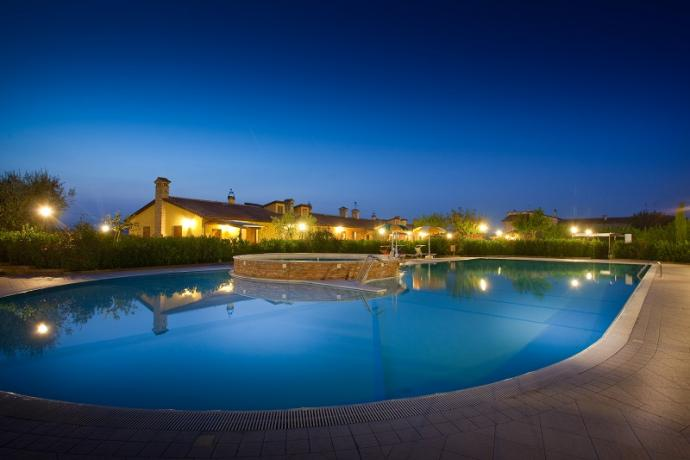 Piscina in notturna, country house, Marche