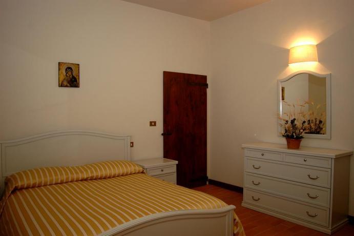 Camera matrimoniale in casale Umbro con appartamenti