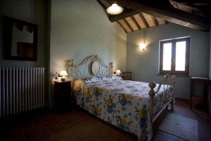 Camera: letto ferro-battuto, travi in legno