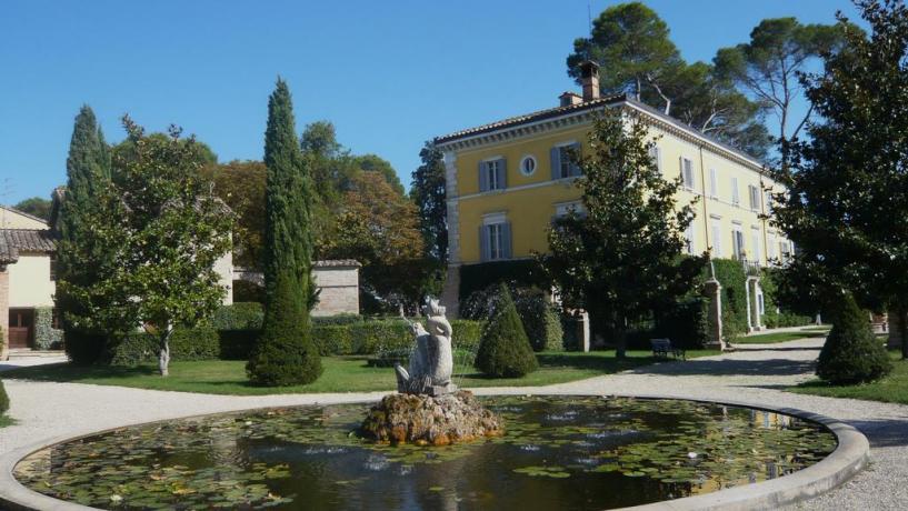 4 casali indipendenti da 6/8 posti con grande giardino con piscina, vicino Perugia centro
